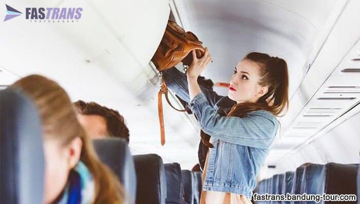 Tips Simpan Barang Saat Bagasi Kabin Pesawat Penuh