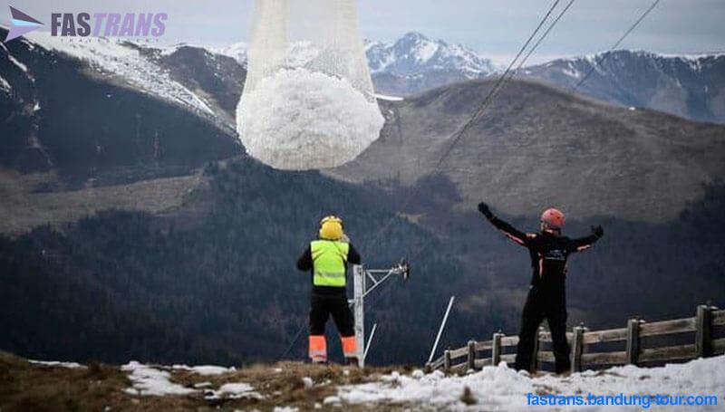 Resor Ini Menggotong Salju dari Puncak Gunung