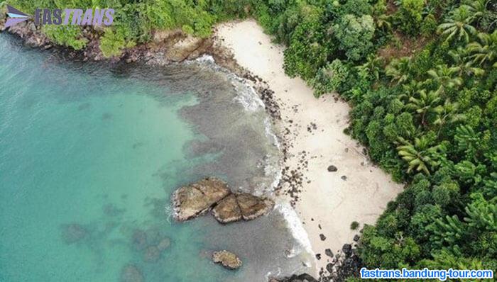 Melihat Indahnya Pantai Karanggongso Trenggalek